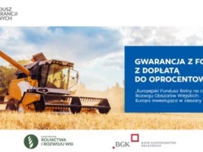 Kombajn młócący zboże. Nad zdjęciem logo: Fundusz Gwarancji Rolnych. Pod zdjęciem: flaga Unii Europejskiej, logo: Ministerstwo Rolnictwa i Rozwoju Wsi, logo: Bank Gospodarstwa Krajowego, logo: Program Rozwoju Obszarów Wiejskich