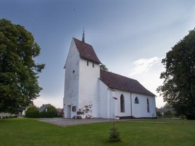 Chudaczewo: kościół filialny, gotycki, z XV/XVI w. (wieża), 1804 (nawa), obiekt zabytkowy wraz z otoczeniem (cmentarz przykościelny)
