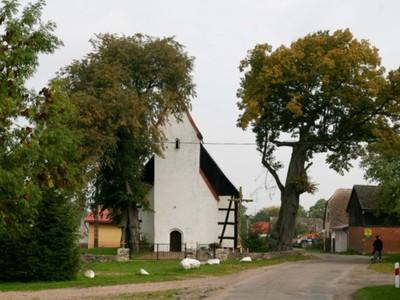 Staniewice: kościół konstrukcji ryglowej z 1770 r., pw. Świętego Michała Archanioła, wieża gotycka po pierwszym kościele z XV wieku