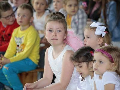 """W Publicznej Szkole Podstawowej w Radziechowicach odbył się konkurs """"Wygraj szansę"""" organizowany przez Gminę Ładzice juz po raz trzeci. Konkurs został zorganizowany w celu odkrywania i rozwijania talentów wokalnych oraz upowszechniania kultury muzycznej wśród dzieci i młodzieży."""