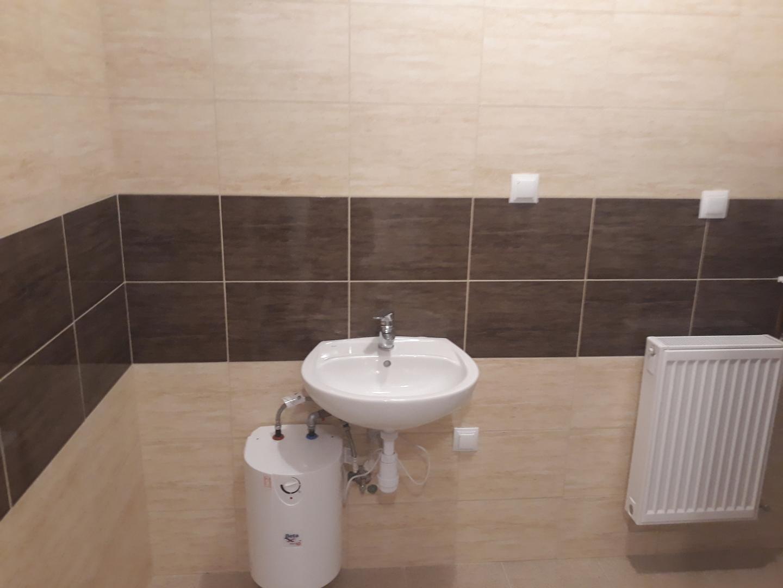 Przebudowana część istniejącego budynku OSP w miejscowości PrzystajniaKolonia toaleta [4128x3096]