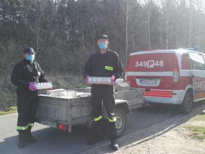 Strażacy z OSP Brzeziny podczas dystrybucji żywności z Programu Operacyjnego Pomoc Żywnościowa 2014-2020.