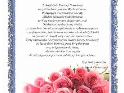 Zdjęcie zawiera życzenia z okazji Dnia Edukacji Narodowej dla nauczycieli i pracowników oświaty oraz na zdjęciu widoczny jest bukiet róż