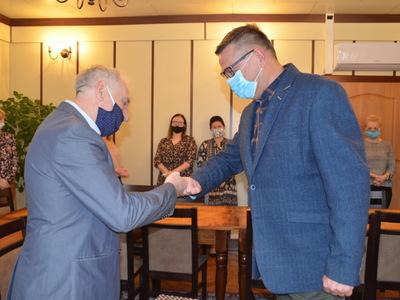 Z lewej strony Pan Jurek Pałaś ubrany w szary garnitur z prawej strony Wójt Gminy Marek Cieślarczyk