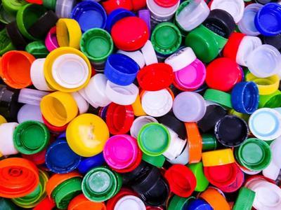 zdjęcie przedstawia nakrętki od butelek typu PET