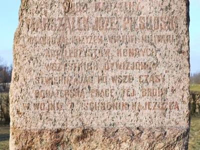 Obelisk na błoniach