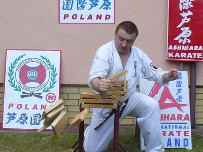 Adam Kapuściński z Koszalina podczas konkurencji tameshiwari