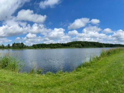 Zdjęcie przedstawia Jezioro w Ostrowcu