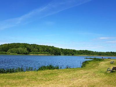 Zdjęcie przedstawia Jezioro w Ostrowcu wiosną.