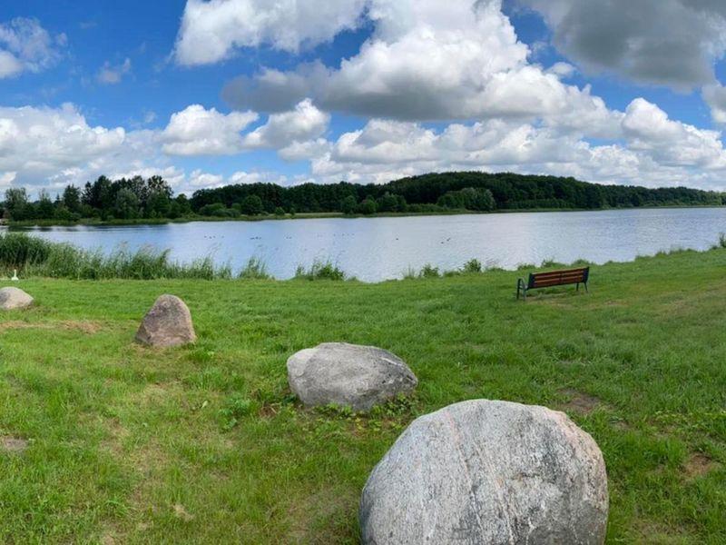 Zdjęcie przedstawia Jezioro w Ostrowcu latem.