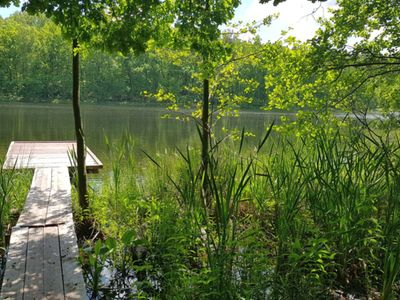 Zdjęcie przedstawia pomost na Jeziorze w Pękaninie.
