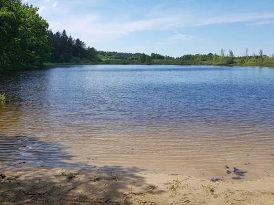 Zdjęcie przedstawia Jezioro w Pękaninie i plażę piaskową.