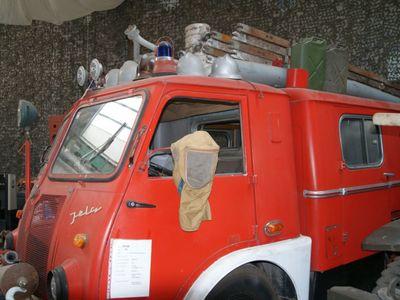 Zdjęcie przedstawia wóz strażacki z kolekcji Muzeum Militarnego Fort Marian w Malechowie.