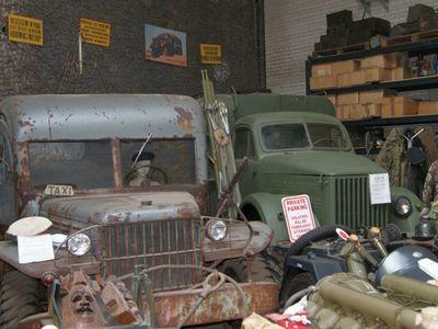 Zdjęcie przedstawia eksponaty z kolekcji  Muzeum Militarnego Fort Marian w Malechowie.