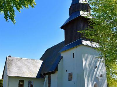 Zdjęcie przedstawia kościół Świętego Józefa w Karwicach.
