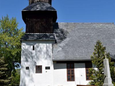 Zdjęcie przedstawia kościół w Karwicach.