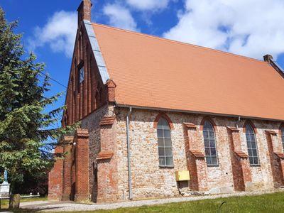 Zdjęcie przedstawia kościół w Malechowie.