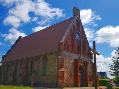 Zdjęcie przedstawia kościół w Malechowie - Parafia pw. Matki Bożej Gromnicznej.