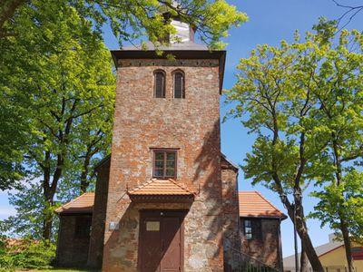 Zdjęcie przedstawia główne wejście do kościoła w Ostrowcu.