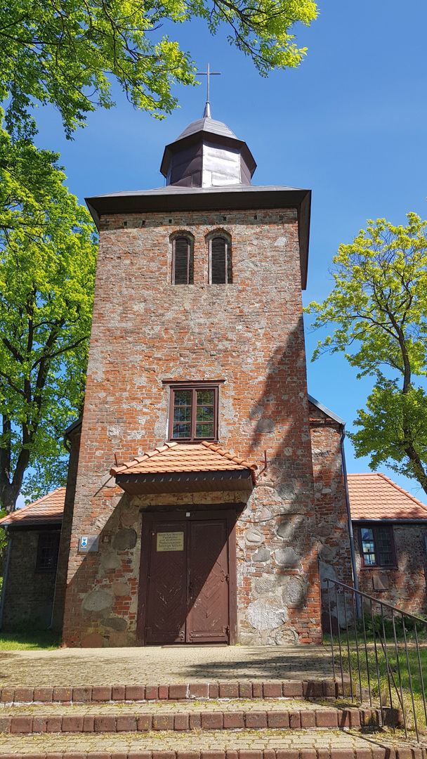 Zdjęcie przedstawia kościół w Ostrowcu.