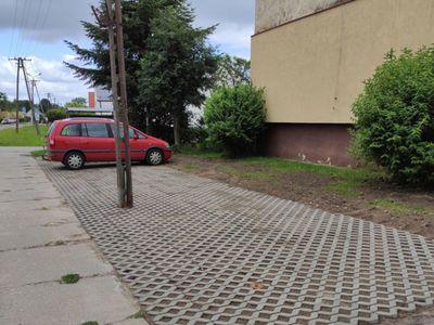 Zdjęcie przedstawia wykonaną inwestycję, miejsca parkingowe przy bloku w Ostrowcu.