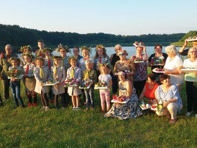 Zdjęcie przedstawia grupę uczestników spotkania, czyli harcerzy z Ostrowca i członków Klubu Seniora nad Jeziorem w Ostrowcu.