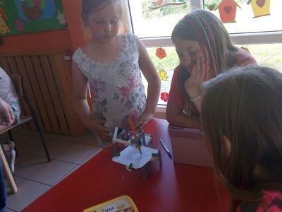 Zdjęcie przedstawia dzieci z Lasek podczas zajęć z robotyki.