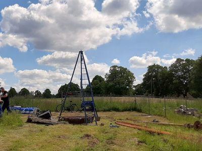 Zdjęcie przedstawia teren przy modernizowanej studni w Laskach.