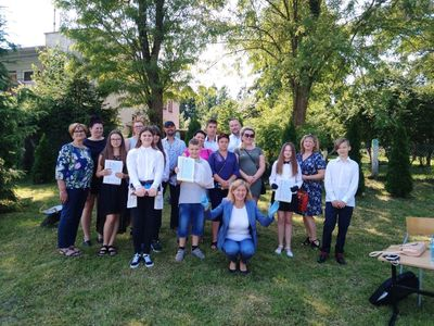 Zdjęcie przedstawia uczniów i nauczycieli oraz rodziców ze Szkoły Podstawowej w Lejkowie na świeżym powietrzu.