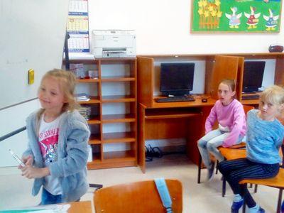 Zdjęcie przedstawia dzieci z Placówki Wsparcia Dziennego w Ostrowcu podczas zajęć dziennikarskich.