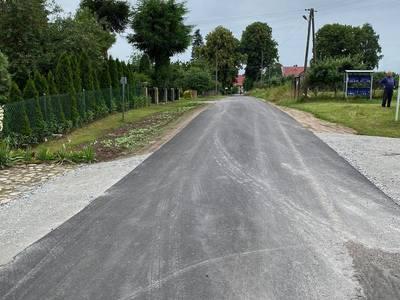 Zdjęcie przedstawia remontowaną drogę gminną w Bartolinie.