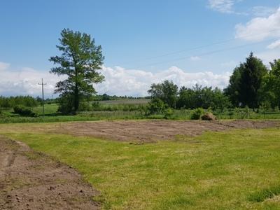 Zdjęcie przedstawia wyrównany teren pod boisko w Bartolinie.