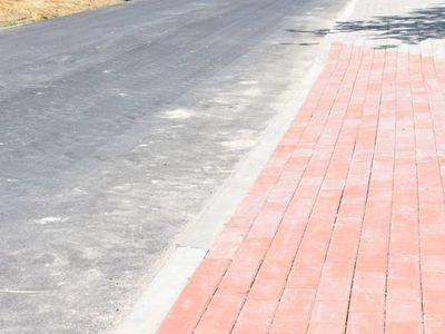 Zdjęcie przedstawia remontowaną drogę powiatową w Bartolinie.