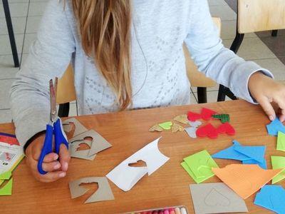 Zdjęcie przedstawia dziewczynkę z Placówki Wsparcia Dziennego z Sulechowa wykonującą pracę plastyczną.