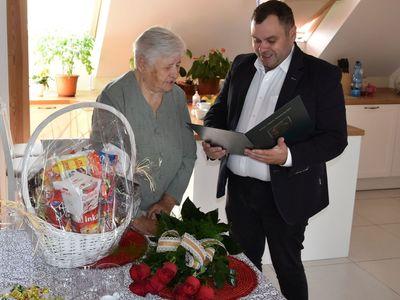 Zdjęcie przedstawia wójta Radosława Nowakowskiego i Jubilatkę Zofię Galek z Malechowa.