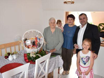 Zdjęcie przedstawia wójta Radosława Nowakowskiego i Jubilatkę Zofię Galek z Malechowa oraz jej córkę i prawnuczki.
