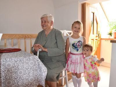 Zdjęcie przedstawia Jubilatkę Zofię Galek z Malechowa oraz jej prawnuczki.