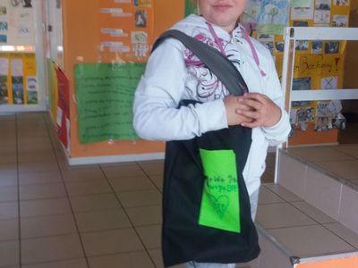 Zdjęcie przedstawia wychowankę Placówki Wsparcia Dziennego w Laskach z własnoręcznie uszytą torbą.