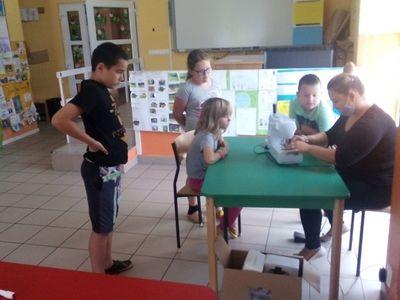 Zdjęcie przedstawia wychowanków Placówki Wsparcia Dziennego w Laskach podczas zajęć dziennikarskich.
