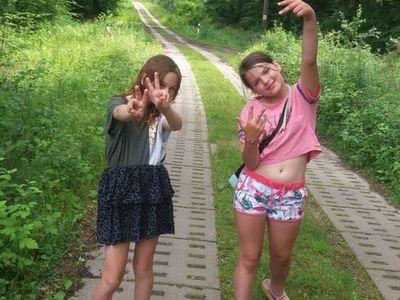 Zdjęcie przedstawia dwie wychowanki Placówki Wsparcia Dziennego w Laskach na spacerze.