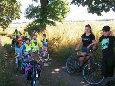Zdjęcie przedstawia uczestników rajdu na trasie rowerowej wycieczki.