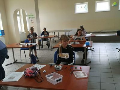 Zdjęcie przedstawia wychowanków Placówki Wsparcia Dziennego w Pękaninie, którzy konstruują roboty.