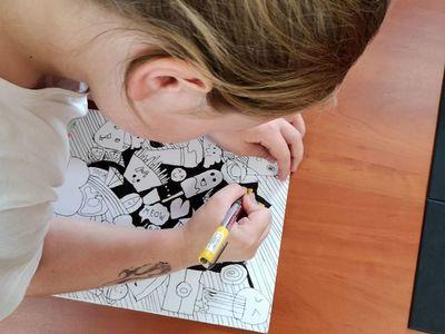 Zdjęcie przedstawia wychowankę Placówki Wsparcia Dziennego w Pękaninie, podczas wykonywania pracy plastycznej.