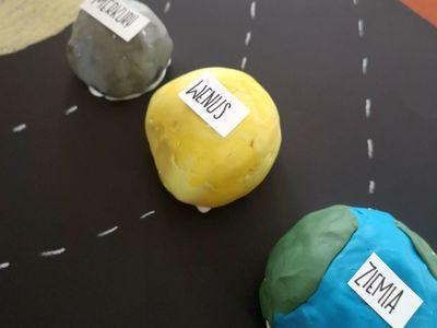 Zdjęcie przedstawia prace plastyczne wychowanków Placówki Wsparcia Dziennego w Pękaninie, czyli planety.