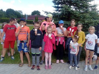 Zdjęcie przedstawia grupę wychowanków Placówki Wsparcia Dziennego w Ostrowcu pozujących przed świetlicą.