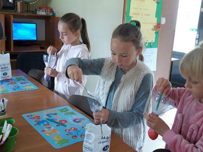 Zdjęcie przedstawia wychowanków Placówki Wsparcia Dziennego w Kosierzewie, którzy wykonują gniotki.