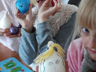 Zdjęcie przedstawia wychowanki Placówki Wsparcia Dziennego w Kosierzewie z wykonanymi przez nie gniotkami.