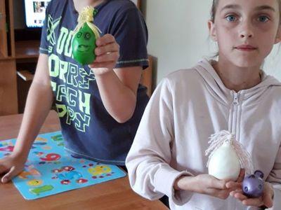 Zdjęcie przedstawia wychowanków Placówki Wsparcia Dziennego w Kosierzewie z wykonanymi przez nich gniotkami.