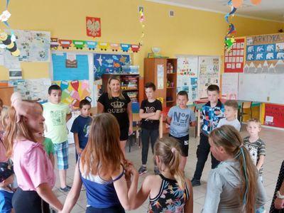 Zdjęcie przedstawia wychowanków Placówki Wsparcia Dziennego w Laskach podczas zabawy z animatorem na świetlicy wiejskiej.