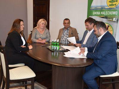 Zdjęcie przedstawia sołtysów Darskowa, Niemicy i Zielenicy oraz wójta Radosława Nowakowskiego i wicemarszałka Tomasza Sobieraja w siedzibie malechowskiego urzędu podczas podpisania umowy na granty sołeckie.